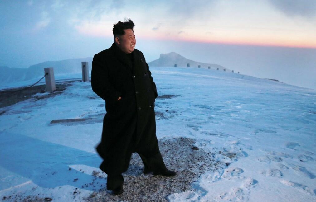 <strong>BESØKTE VULKANEN:</strong> I 2015 sto Kim Jong-un på toppen av Paektufjellet. Foto: REPUBLIC OF KOREA OUT AFP PHOTO / KCNA/NTB Scanpix