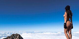 image: Playboy-modellen kledde seg naken på toppen av det hellige fjellet. Og folk er fly forbanna
