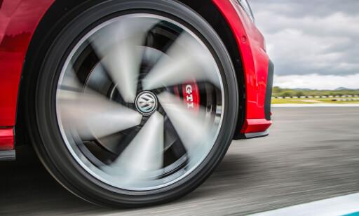 KRAFTIGERE: Større bremser med røde kalippere er standard på norsk modell.