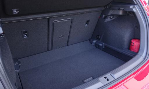STORT: Du har skiluke og 40/60 delt bagasjerom. Gulvet kan løftes. Da får man helt flatt bagasjeromsgulv når setene slås ned.