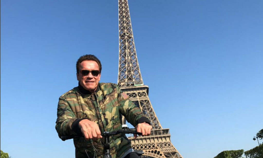 image: Arnold Schwarzenegger photobombet turister. De ante ikke hvem han var