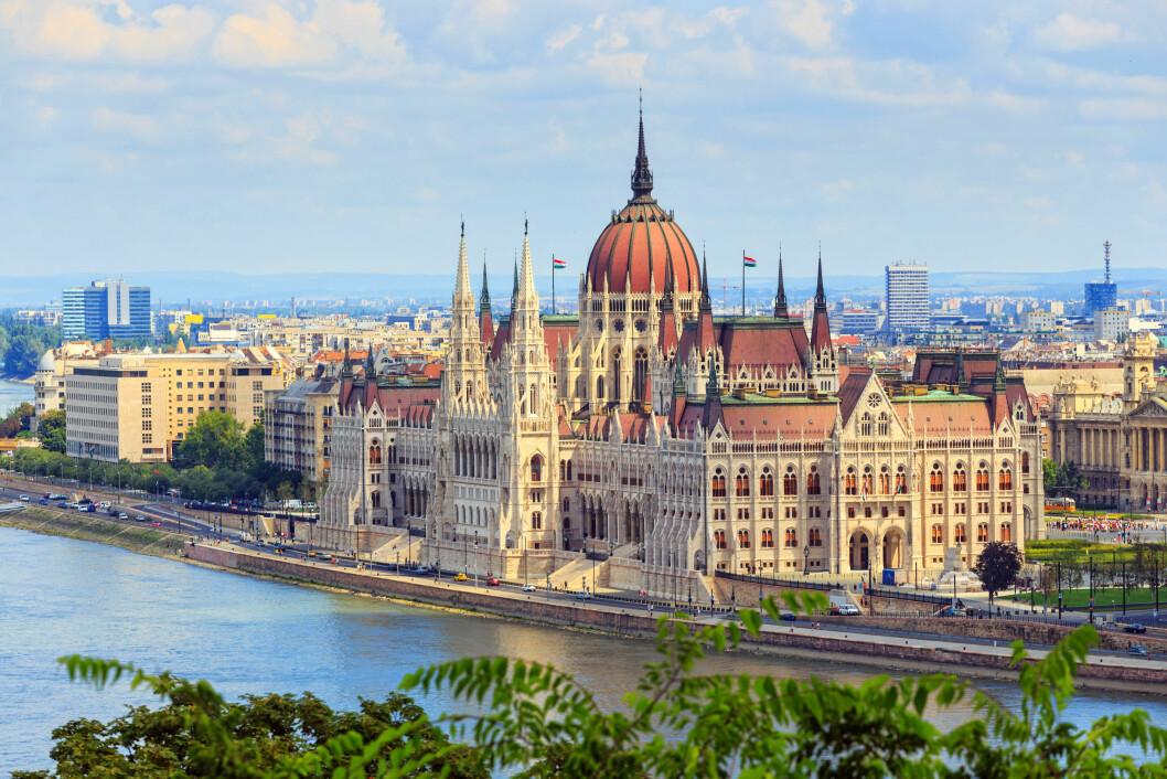 BUDAPEST: Elven Donau deler byen i to - Buda og Pest. Og her langs med elvebredden ligger den Ungarske Parlamentsbygningen. Foto: Dziewul / Shutterstock / NTB scanpix