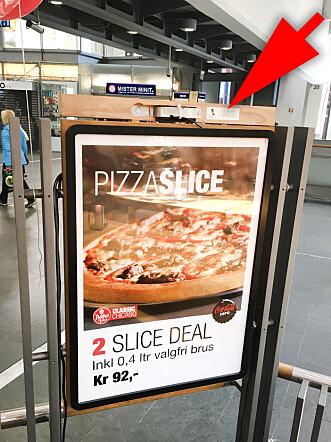 <strong>PÅ BAKSIDA:</strong> Bare på baksida av skiltet, når du står inne i restauranten, finner du en liten lapp hvor ProntoTV forteller om hva Peppes Pizza-skiltet driver med. Foto: Ole Petter Baugerød Stokke