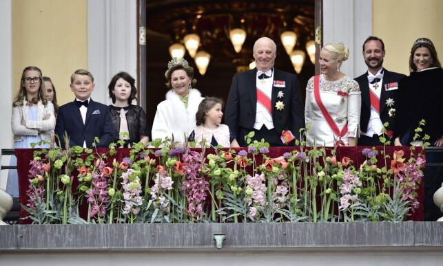 VINKET TIL FOLKET: Tre generasjoner norsk kongefamilie var på plass for å hilse på folkemengden i dag. Foto: Lars Eivind Bones