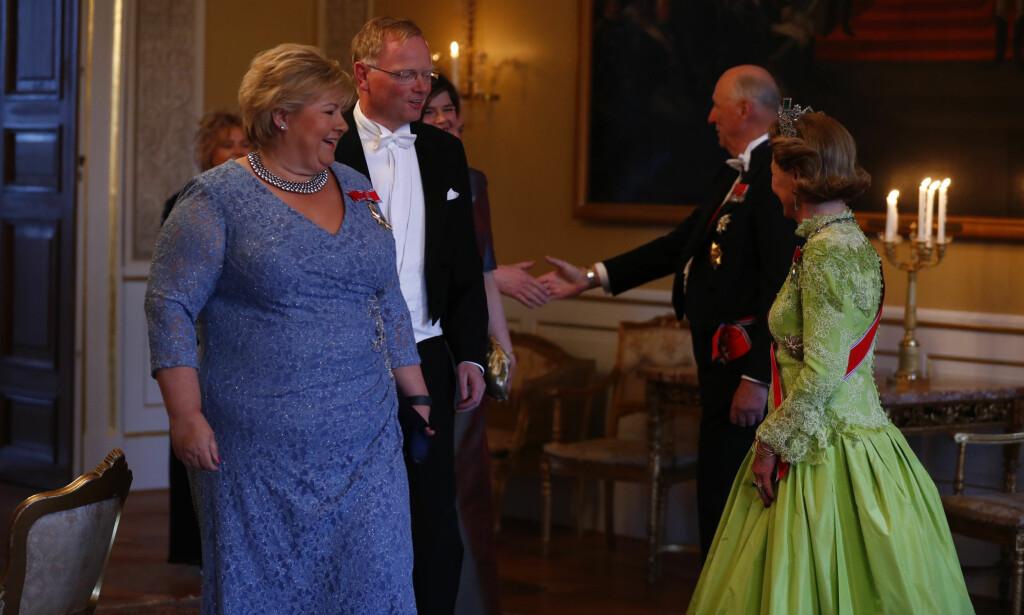GALLAMIDDAG: Erna Solberg og ektemannen Sindre Finnes ankommer kveldens gallamiddag på Slottet. Foto: Heiko Junge / NTB scanpix