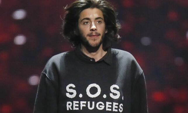 FOR DRØYT: Denne t-skjorta med påskriften «S.O.S. Refugees» ble for drøy kost for arrangøren EBU, som nektet Eurovision-vinner Salvador Sobral å bruke den under finalen. Årsaken er at budskapet blir oppfattet som politisk. Her fra en prøve fredag. Foto: Efrem Lukatsky / AP / NTB Scanpix