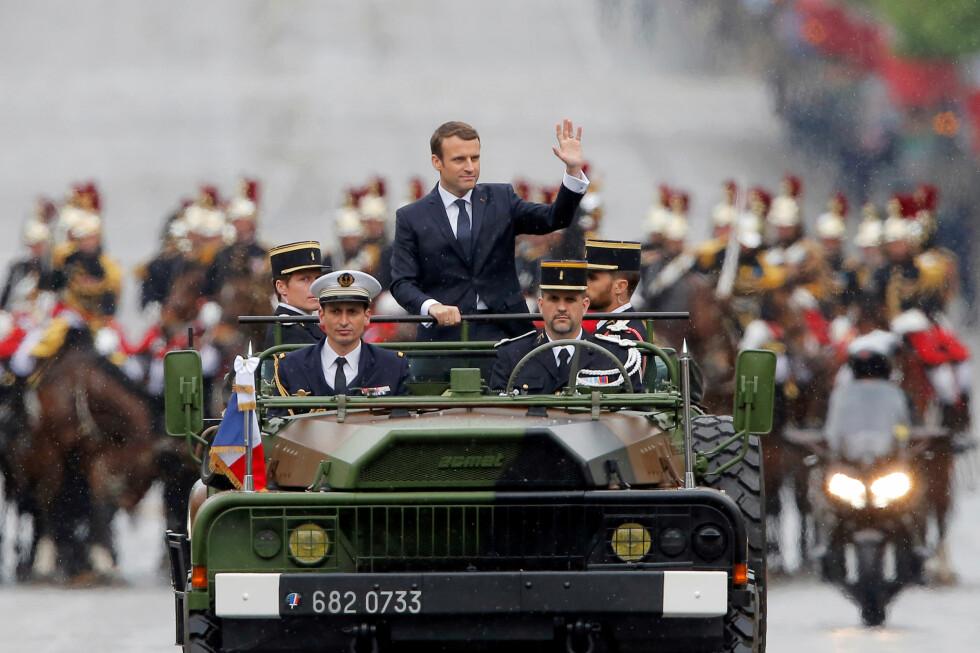 «REPUBLIKANSK MONARK»: President Emmanuel Macron som militær øverstkommanderende på Avenue des Champs-Elysées 14. mai. Han har nøye tenkt ut en rolle som opphøyet statssjef. Foto: Reuters / NTB Scanpix / Michel Euler.