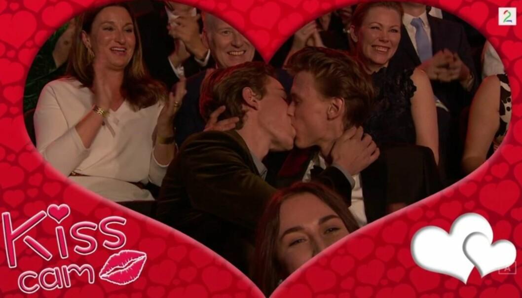 <strong>KLINTE TIL:</strong> «Skam»-stjernene Henrik Holm og Tarjei Sandvik Moe klinte til da kameraet ble rettet mot dem under fredagens «Gullruten»-sending. Foto: TV 2