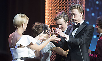 <strong>VANT PUBLIKUMSPRISEN:</strong> Tarjei Sandvik Moe og Henrik Holm vant publikumsprisen under «Gullruten»-utdelinga i Bergen fredag. Foto: Marit Hommedal / NTB Scanpix
