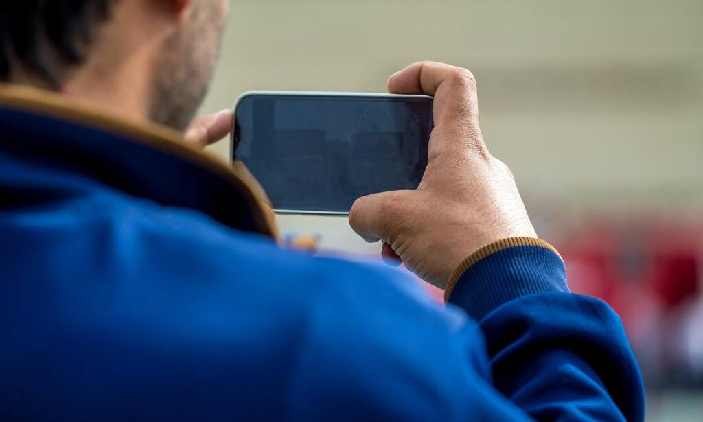 BLIR LYDEN MED? Hold med begge hender, men pass på at du ikke dekker til mikrofonen. Foto: Shutterstock / NTB Scanpix