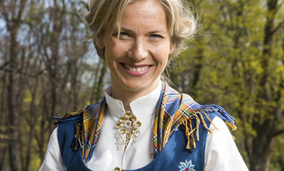 STRÅLER: P1s Karen Marie Berg er blant de tusenvis av nordmennene som har en nordlandsbunad i blått. Den 17. mai er hun blant dem som skal dekke festdagen på radiokanalen, trolig iført folkedrakten. Foto: Håkon Mosvold Larsen / NTB scanpix