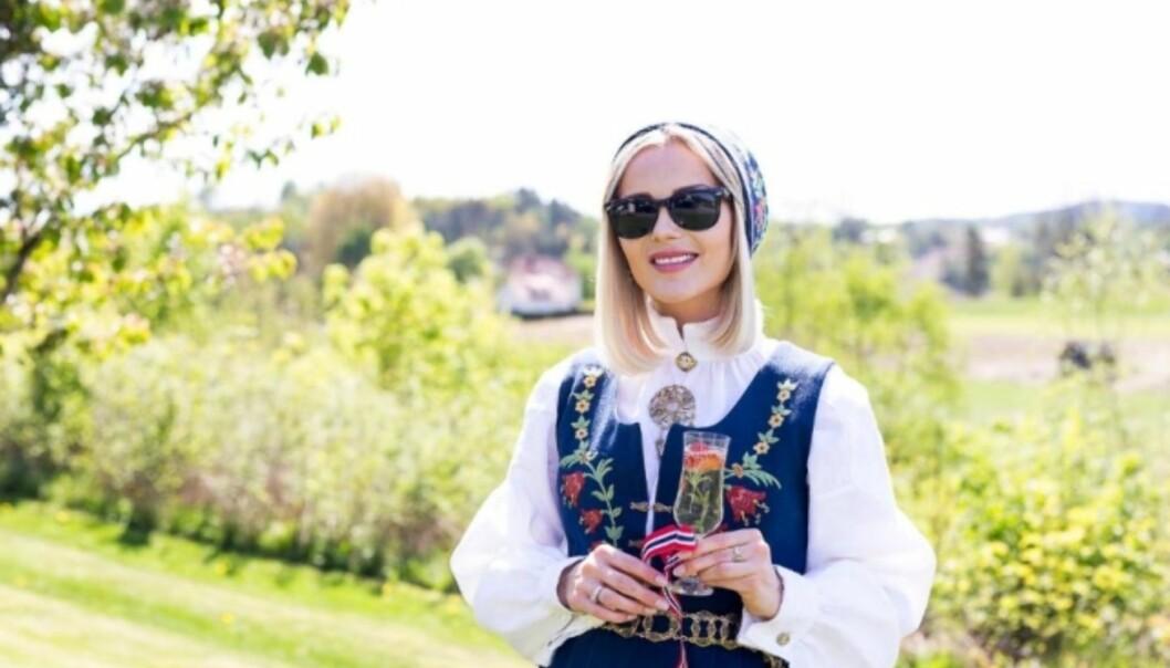 LIKE: Caroline Berg Eriksen og datteren vil bære like bunader på 17. mai. Foto: Privat
