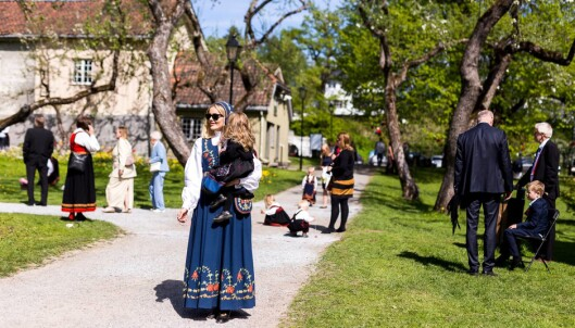 LIKE: Carolie og datteren vil ha like bunader på nasjonaldagen. Foto: Privat