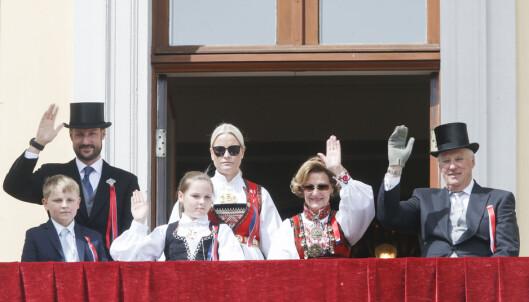 TRADISJON: Tradisjonen tro står den norske kongefamilien på slottsbalkongen og vinker til barnetoget i Oslo på 17. mai. Foto: NTB Scanpix