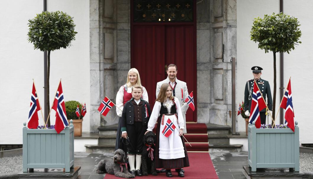 IDYLL: Kronprinsfamilien trosset gråværet og stilte opp på Skaugum onsdag morgen. Her ser vi kronprinsesse Mette-Marit, kronprins Haakon, prins Sverre Magnus, prinsesse Ingrid Alexandra og de to hundene deres, Milly Kakao og Muffins Kråkebolle. Foto: NTB Scanpix