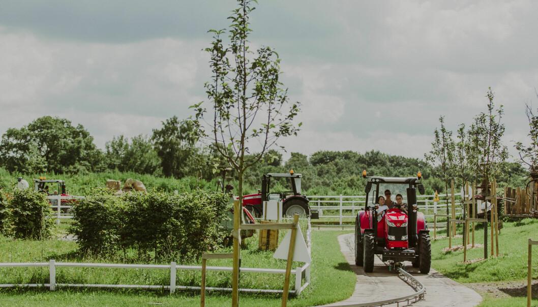 MORO FOR STORE OG SMÅ: På Skånes Djurpark kan dere også få kjøre traktor – helt selv. FOTO: Mickael Tannus