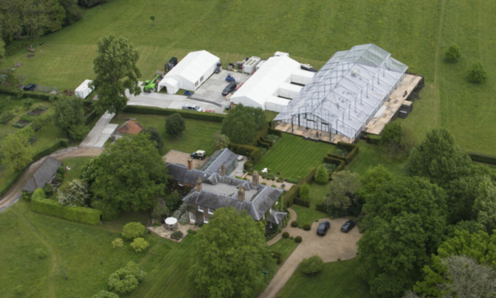 GLASS: I familien Middletons hjem skal bryllupet stå. Her ser man det luksuriøse teltet. Det er imidlertid ikke et vanlig partytelt, men et i glass. Foto: Splash News / NTB Scanpix
