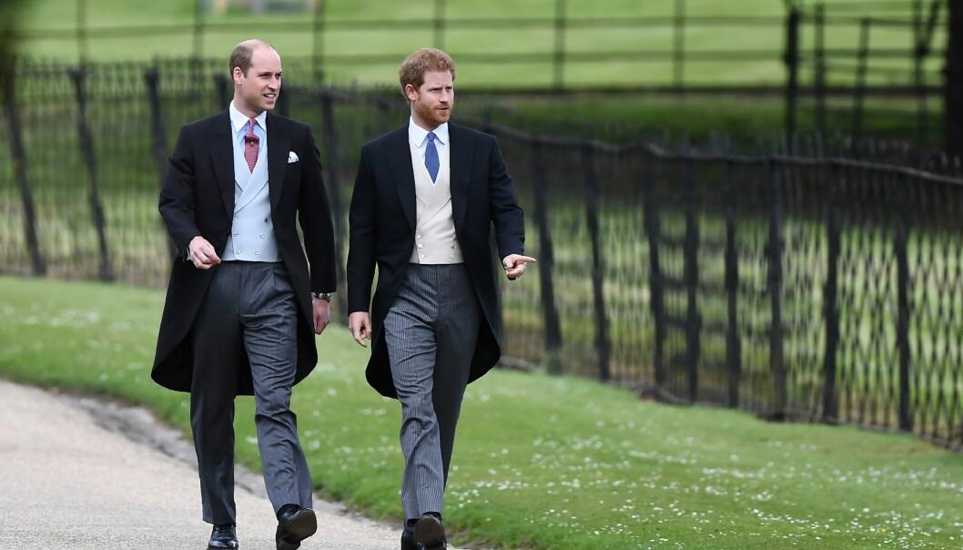 <strong>KLARE FOR FEST:</strong> Prins William og prins Harry kom sammen til kirken. Foto: NTB Scanpix