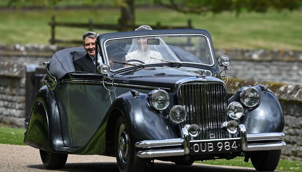 <strong>KLASSISK KJØRETØY:</strong> Pippa er ikke kongelig som sin søster, men ankom i en bil en prinsesse verdig. Foto: NTB Scanpix