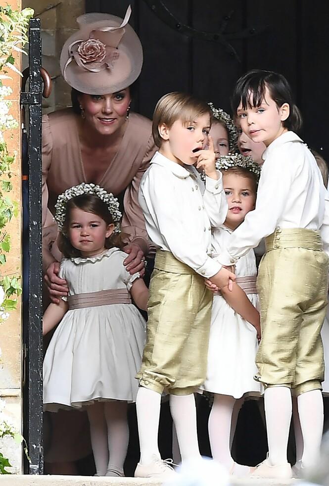 <strong>SPENTE BARN:</strong> Prinsesse Charlotte ble passet på av mamma Kate før hun skulle delta i seremonien sammen med sin bror prins George. Foto: NTB Scanpix