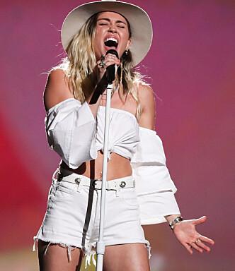 <strong>INNLEVELSE:</strong> Det sto ikke på innlevelse fra Miley Cyrus da hun sang under «Billboard Music Awards». Foto: NTB scanpix&nbsp;
