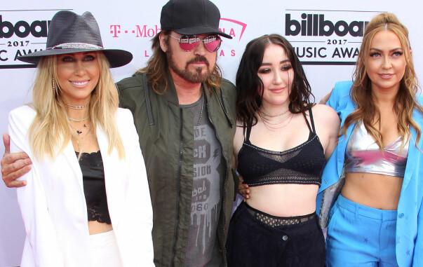 <strong>FAMILIEN CYRUS:</strong> Familien til Miley Cyrus stilte også opp på «Billboard Music Awards»,Tish Cyrus, Billy Ray Cyrus, Noah Cyrus, Brandi Cyrus. Foto: NTB scanpix&nbsp;