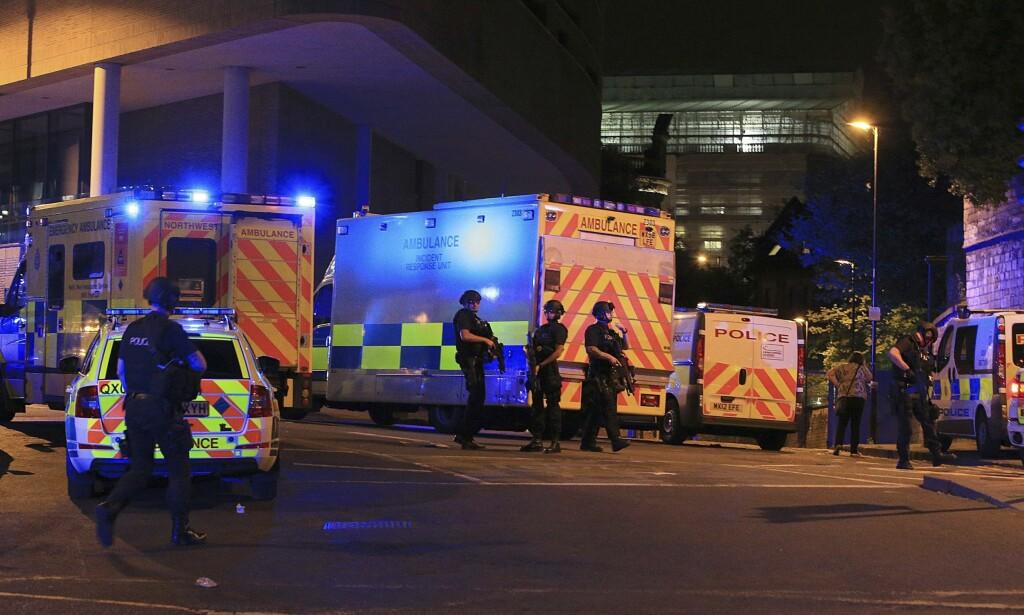FLERE DREPT: Nødetatene jobber iherdig ved Manchester Arena etter eksplosjonen som kostet flere mennesker livet. også politiets bombegruppe ble kalt ut. Foto: Peter Byrne / PA / AP / NTB scanpix
