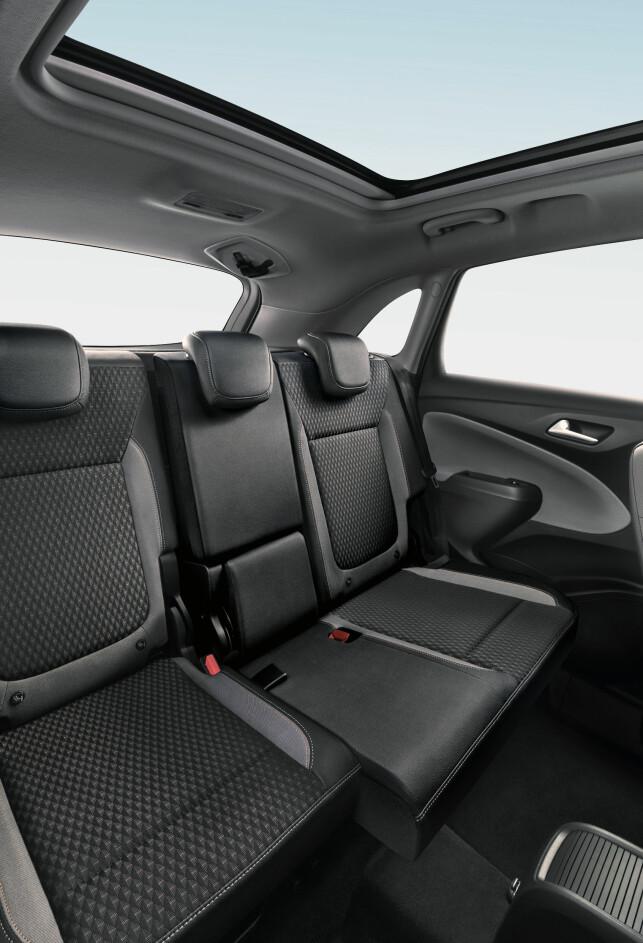 FLEKSIBELT: Baksetene kan skyves 15 centimeter i lengderetningen, slik velger du prioritet til baksetepassasjerer eller til bagasjeplass. Foto: Opel