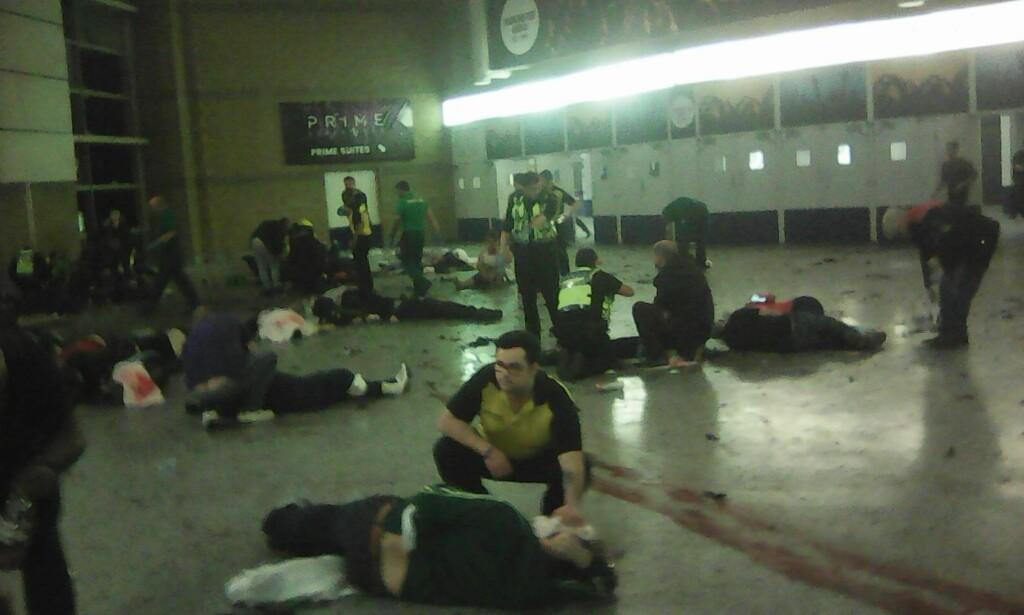 LIVREDDENDE HJELP: Hjelpemannskap tar hånd om skadede på Manchester Arena etter bomben mandag kveld. Foto: NTB Scanpix