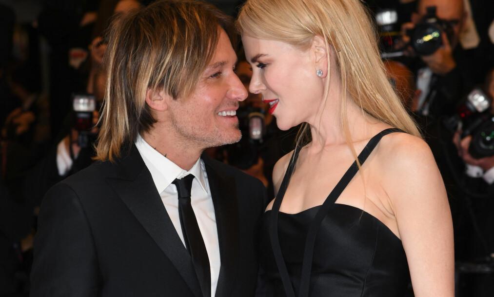 FORELSKET ELLER FALSKE: Stjerneparet Keith Urban og Nicole Kidman viste hete følelser på rød løper i Cannes mandag kveld, men ikke alle kjøper parets romantiske gester. Foto: Doug Peters/EMPICS Entertainment/ NTB scanpix
