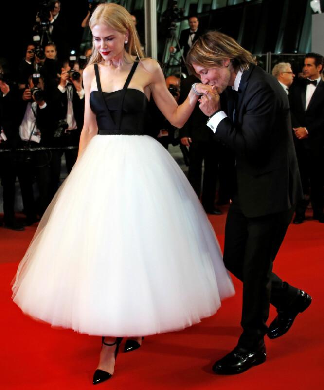KYSS PÅ HÅNDEN: Keith Urban plantet et ømt kyss på konas hånd under premieren. Foto: Jean-Paul Pelissier/ Reuters/ NTB scanpix