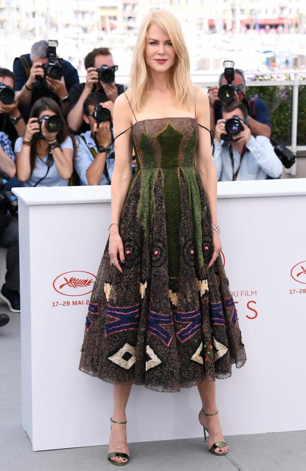 MØNSTERMIKS: Nicole Kidman i en spennende, mosegrønn kjole med matchende, metalliske sko på pressemøte for «The Killing of a Sacred Deer». Foto: NTB scanpix