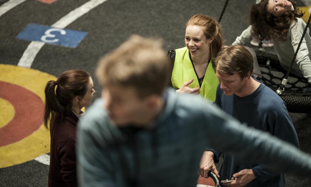 I SKOLEGÅRDEN: Kjersti Dalseide og Oddgeir Thune, omgitt av barneskuespillere. Foto: Kim Hiorthøy, Det Norske Teatret