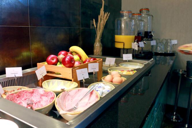 <strong>DETTE ER EKSTRA:</strong> Frokost på hoteller var ikke inkludert i det hemmelige kuppet vårt. Dette er kaldbuffeten - som koster 15 pund per person. Da får du også drikke, korn og brød. Men vil du ha bacon og egg, koster det 22 pund - for Full English Breakfast. Foto: Berit B. Njarga