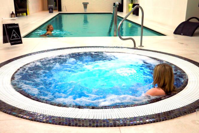<strong>SVØMMEHALL OG SPA:</strong> Dette fikk vi også: Gratis inngang til hotellets svømmehall, med boblebad og sauna. Foto: Berit B. Njarga