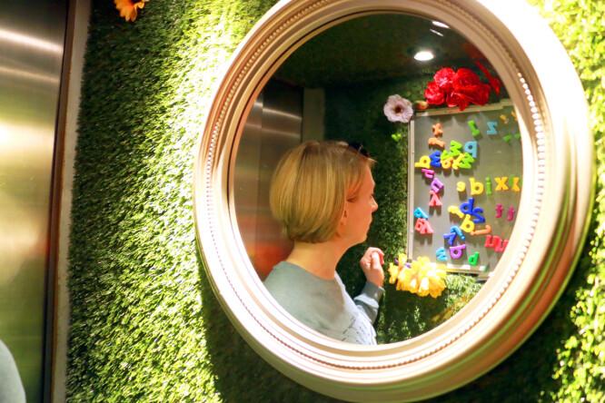 <strong>GRESS I HEISEN:</strong> Jepp, det er veldig trangt i heisen hos The Exhibitionist - og det føles enda trangere ettersom det er kunstgress på vegger og tak. Men så kan vi jo også skrive morsomme beskjeder med magnetbokstaver, det er jo gøy! Foto: Kristin Sørdal