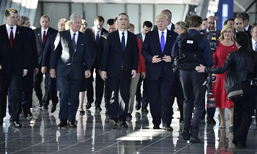TOPPMØTE: Generalsekretær Jens Stoltenberg flankert av Belgias konge og USAs president Donald Trump leder følget av stats- og regjeringssjefer inn til middag og mini-toppmøte. Trumps tydelige budskap til de andre var at de må bla opp mer penger til NATOs felles forsvar. Foto: Lars Eivind Bones / Dagbladet