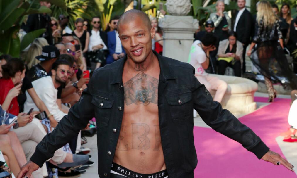 <strong>STJAL SHOWET:</strong> Den dømte voldsforbryteren Jeremy Meeks var på «alles» lepper i 2014, da et arrestasjonsbilde av ham gikk verden rundt. Nå jobber han som modell på fulltid, og gjorde onsdag et mini-comeback på catwalken i Cannes. Foto: NTB scanpix