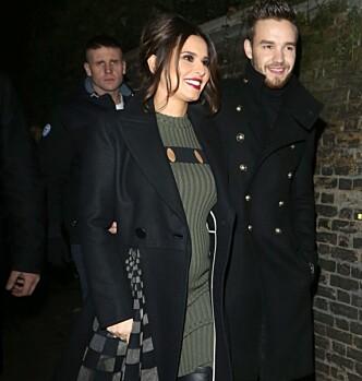 STRÅLTE HÅND I HÅND: Cheryl og Liam strålte av lykke i november, mens Cheryl var gravid. Foto: XPOSUREPHOTOS/ NTB scanpix