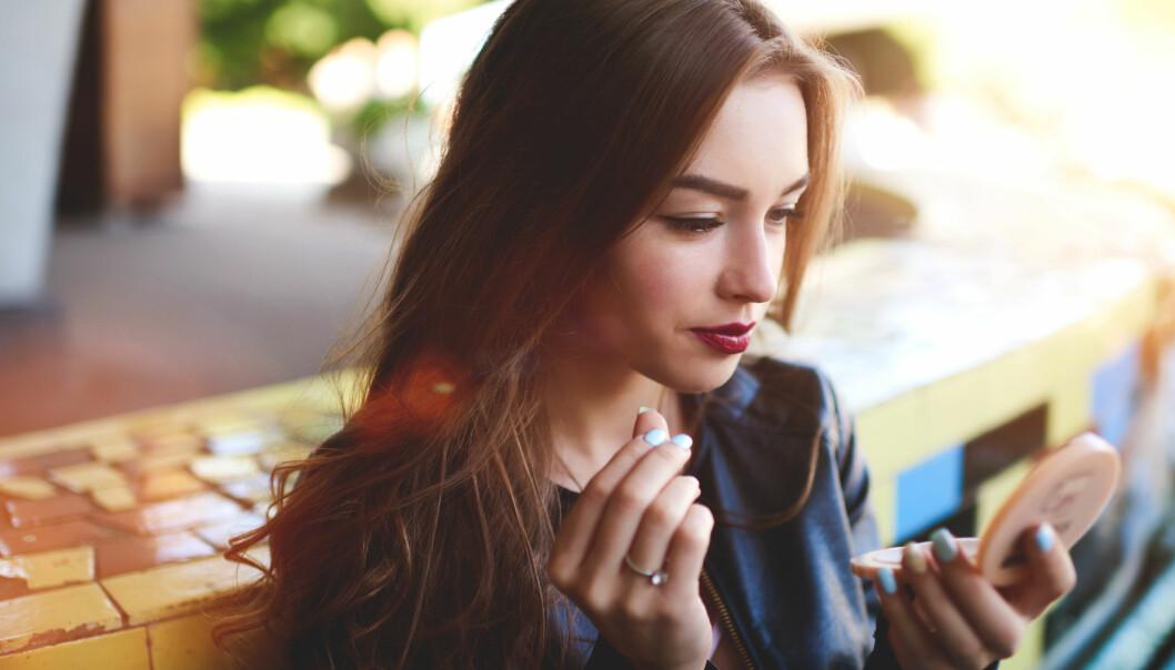 SJEKKER UTSEENDET OFTE: Tenårene er en alder hvor man er ekstra opptatt av hvordan man til en hver tid ser ut. Foto: NTB scanpix