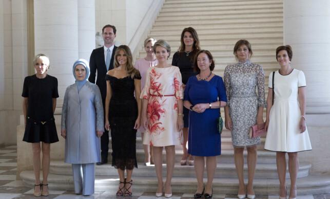 HYLLES: Gauthier Destenay skaper overskrifter verden over. Luxemburgs statsminister er for tida den eneste åpent homofile statslederen i verden. Derfor er ektemannen hans med på bildet sammen med alle førstedamene. Foto: NTB scanpix