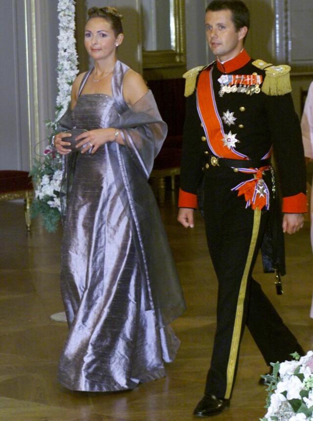 966adb22 PÅ SLOTTET: Linda Tånevik sammen med Danmarks kronprins Frederik på vei inn  til gallamiddagen etter