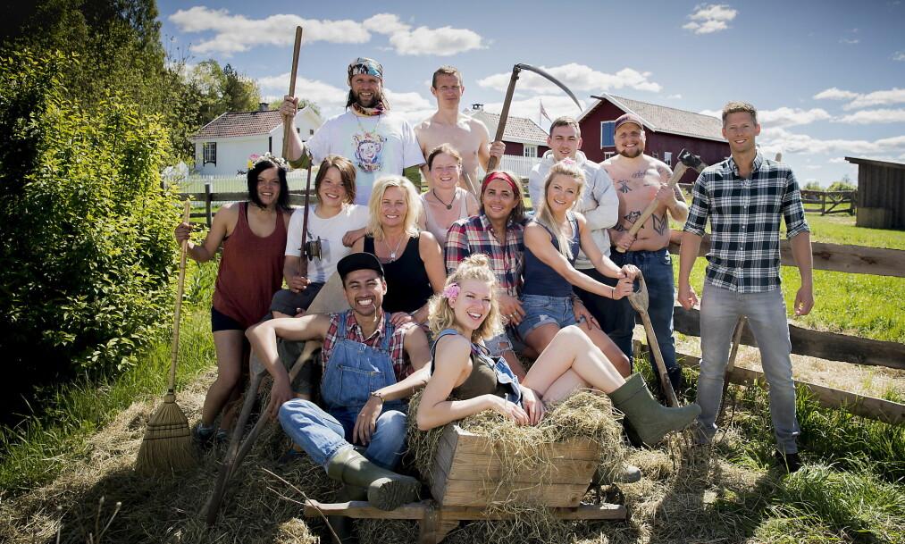 <strong>KLARE:</strong> Disse tolv kjendisene er klare for den andre versjonen av «Farmen kjendis». Innspillingen foregikk på en gård utenfor Halden i sommer. Foto: Bjørn Langsem / Dagbladet
