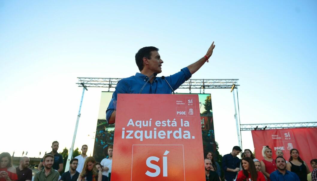 <strong>VENSTRE:</strong> Pedro Sánchez, nå kalt «Lázaro» Sánchez, er gjeninnsatt som leder for Sosialistpartiet i Spania (PSOE), med slagordet «Her er venstresida». Bildet er fra et folkemøte for partiets tilhengere i Muelle de la Sal i Sevilla 19. mai. Han vant overlegent blant partiets nesten 190 000 medlemmer. Foto: AFP / NTB Scanpix / CRISTINA QUICLER
