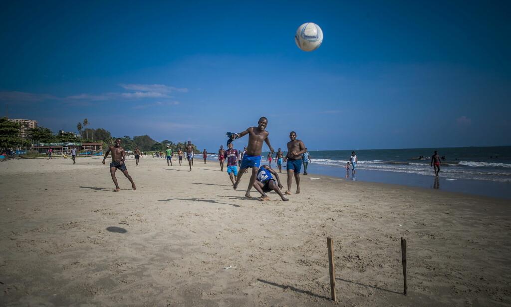 FOTBALL: På stranda i Libreville i Gabon spilles det fotball hele dagen. Foto: Bjørn Langsem / Dagbladet