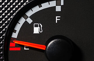 image: Så langt kan du kjøre når det lyser - sjekk ditt bilmerke