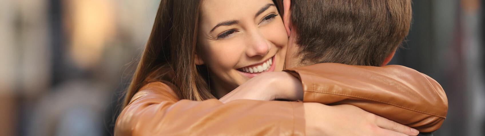 AVSLØRENDE: Måten en gutt klemmer seg på, kan si noe om han er interessert i deg som mer enn en venn eller ei. FOTO: Scanpix