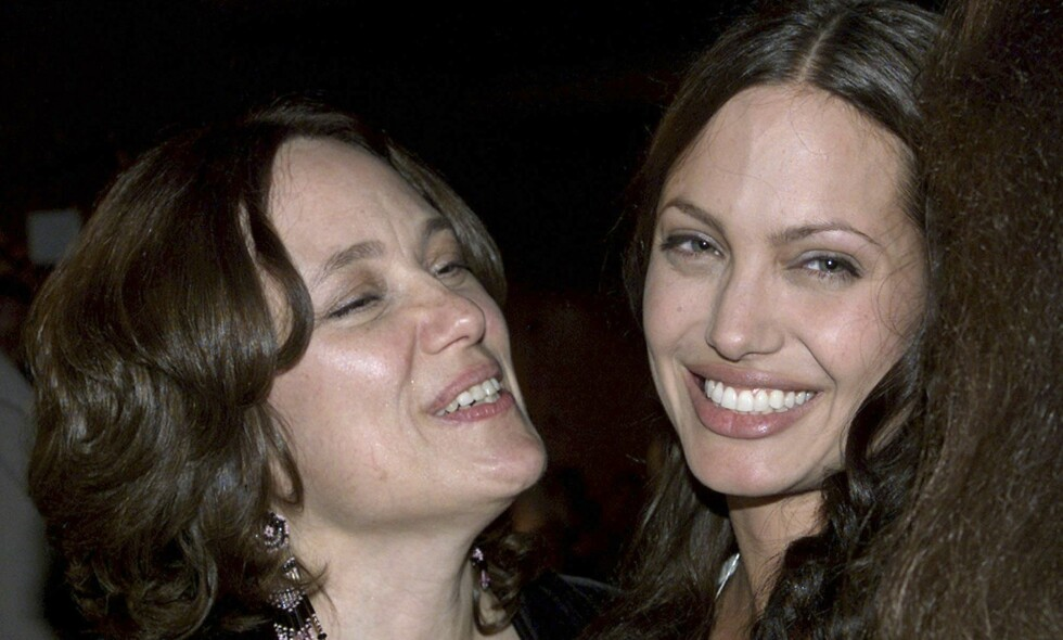 SAVNER MOREN: Angelina Jolie åpner seg opp om savnet etter moren som døde i 2007. Her er mor og datter sammen i 2001. Foto: Reuters / NTB Scanpix