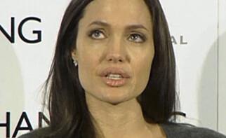 RØRT: Angelina Jolie fikk tårer i øynene da hun snakket om moren på pressekonferansen i 2008. Foto: Reuters/ NTB scanpix