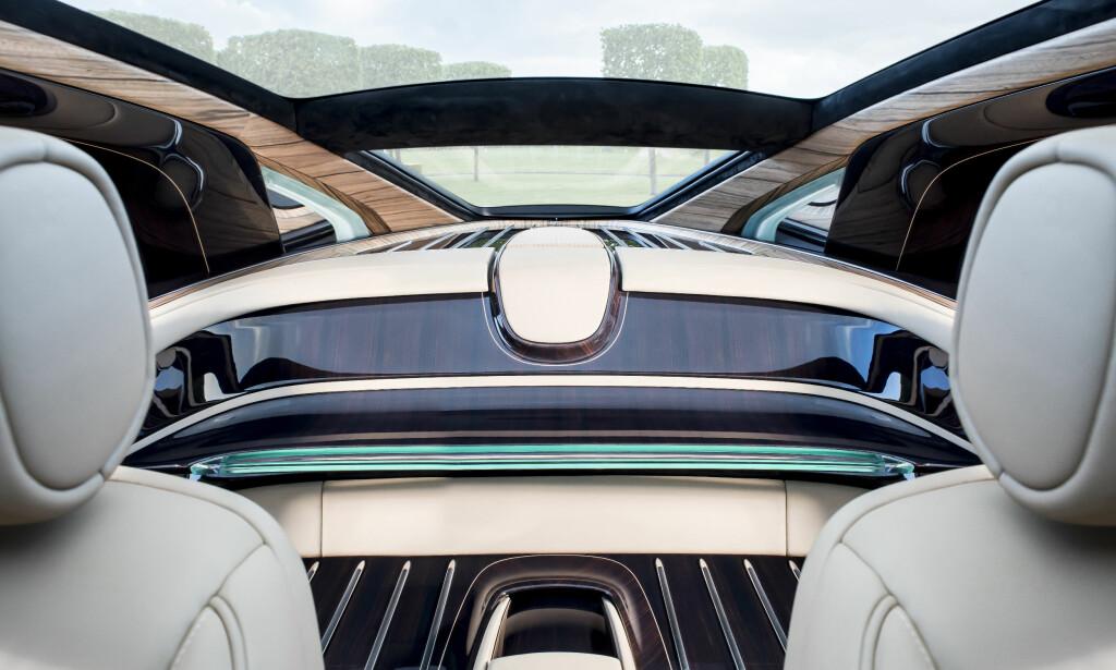 YACHT-REFERANSE: Det mangler ikke på maritim stemning bak i den gedigne luksusbilen. Den lykkelige eier er ikke bare Rolls-Royce-kjenner, men er også glad i det luksuriøse sjølivet. Foto: Rolls-Royce